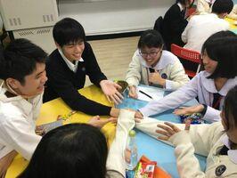 じゃんけんゲームをする生徒たち=台北市の稲江高級護理家事職業学校