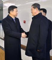 平壌国際空港に到着し、朝鮮労働党の李昌根副部長(右)の出迎えを受ける中国共産党の宋濤中央対外連絡部長=17日(共同)