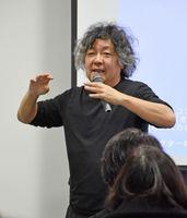 「スーパープレゼンテーション」で講演する茂木さん=佐賀市のエスプラッツ