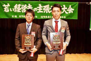 優秀賞に選ばれた日高さん(左)と夏秋さん=神埼市のはんぎーホール