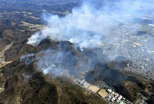 21日に発生し、依然、煙が上がる山林火災の現場=24日午前9時58分、栃木県足利市(共同通信社ヘリから)