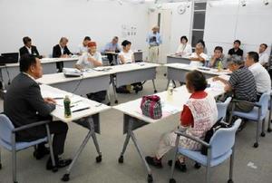 参加者9人と車座になって開かれた1回目の「唐津市長と話場集会」=唐津市南城内の大手口センタービル