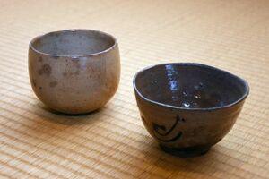 唐津茶わん(左)と絵唐津茶わん