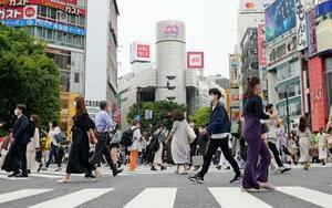 東京・渋谷のスクランブル交差点をマスク姿で行き交う人たち=22日午後