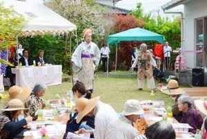 衣装を着て寸劇を披露する県徐福観光振興会の「徐福さん一座」のメンバー=佐賀市