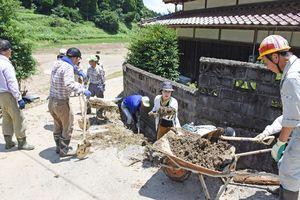 民家そばの水路に流入した土砂の撤去作業に取り組んだボランティア=三養基郡基山町小倉