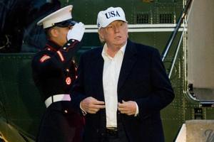 専用ヘリコプターでホワイトハウスに到着したトランプ米大統領=17日、ワシントン(AP=共同)