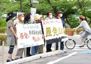 G7開幕を前に、原発の新増設などへの反対を訴えた裁判の会のメンバー=佐賀市の佐賀県庁正門前