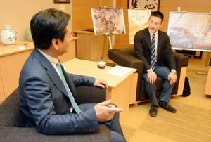現地での生活や佐賀への思いを語った南カリフォルニア県人会の平井悠介執行役員(右)=県庁