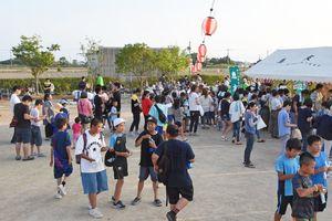 知的障害者が入所する「めぐみ園」で開かれた夏祭り。多くの家族連れでにぎわった=佐賀市東与賀町