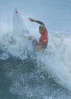 男子準々決勝 波を攻める五十嵐カノア=釣ケ崎海岸サーフィンビーチ