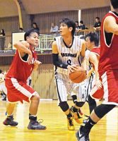 バスケットボール一般男子2回戦・鹿島市-玄海町 相手選手を振り切り、シュートの狙いを定める鹿島市の選手(中央)=伊万里市の国見台体育館