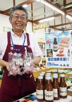 熊本地震の復興支援で販売されている「塩トマトあめ」と「阿蘇ものがたり」=鹿島市七浦の道の駅鹿島