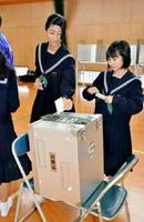 模擬選挙で投票を体験する生徒たち=鳥栖西中