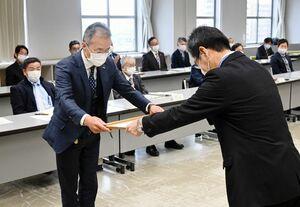 県警の石橋憲茂生活安全部長(右)から表彰を受ける創新の田中亨社長=佐賀市のアバンセ