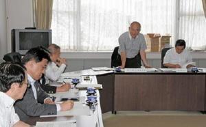 佐賀県への要望33項目をまとめた県市長会。九州新幹線長崎ルート整備促進を求める要望は取り下げた=佐賀市の県自治会館