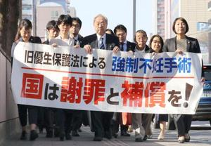 仙台地裁に向かう強制不妊訴訟の原告側弁護士ら=20日午後