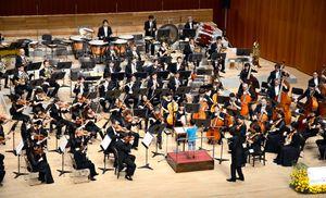 指揮者体験コーナーで園児のタクトに合わせてハーモニーを響かせる九州交響楽団=佐賀市文化会館大ホール