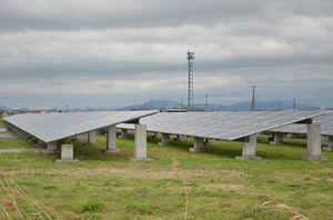 佐賀東部水道企業団浄水場跡地に2012年に完成した県内初のメガソーラー=佐賀市川副町