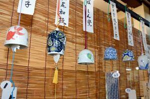 (左から)優勝した梶原眞砂子さん、2位の松尾和枝さん、3位のしん窯の作品