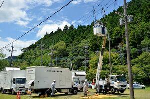 停電した地域に発電車両を用いて電気を送る手順を確認する参加者=佐賀市富士町の川上第一技術訓練場