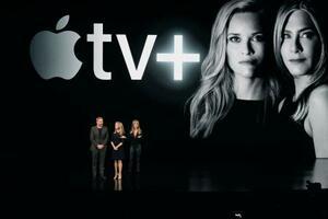 アップルの発表会に登場した米女優のジェニファー・アニストンさん(右)ら=3月、米カリフォルニア州クパチーノ(共同)