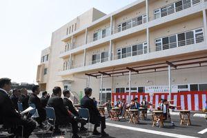 唐津市健康サポートセンター「さんて」の開所式。旧唐津赤十字病院の南病棟を再利用している=唐津市二タ子1丁目