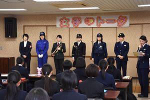 制服ファッションショーに登場した女性警察官=佐賀市の県警本部