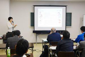 外国人技能実習制度について学ぶ参加者=唐津市大名小路の商工会館