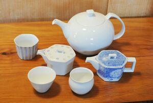 茶葉の種類や用途によって違いを楽しめるポットと急須(磁器製茶こし付)と、広口とつぼ形の湯飲み