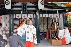 雅楽の演奏に合わせて舞を奉納するみこ=佐賀市の松原神社