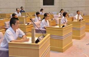 一日議員となって町執行部に一般質問した中学生たち=みやき町議場