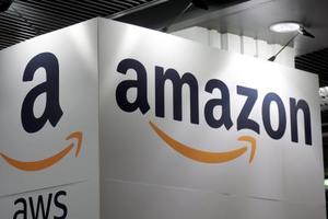フランスでの若手起業家フェアで展示されたアマゾン・コムのロゴ=7日、パリ(ロイター=共同)