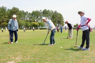 グラウンドゴルフ、340人が白熱プレー