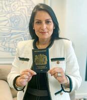 新しいパスポートを持つパテル英内相(英内務省提供・英PA通信=共同)