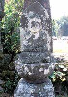顔が白く苔むした「一番札所・徳昌寺釈迦如来」。下の台石に由来が刻まれている