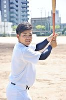 神奈川大学野球のベストナインに2季連続で選ばれた関東学院大の江崎大輔=佐賀市の佐賀商高