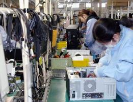 マウスコンピューターの飯山工場で、手作業でパソコンを組み立てる女性従業員=1日、長野県飯山市