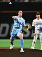 始球式でボールを投げるサガン鳥栖のFWフェルナンド・トーレス選手=福岡市のヤフオクドーム