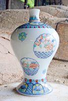 登り窯で焼き上げた「色絵青海波雪輪花文瓶子」