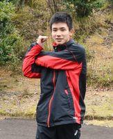 練習前、入念なストレッチで体をほぐす園田勢君=多久市北多久町の中央公園