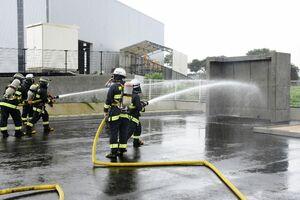 放水訓練を行う署員たち=唐津市鎮西町の唐津市消防署北部分署