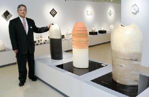 佐賀市で2回目となる作陶展を開いている陶芸家の井上俊一さん=佐賀市の佐賀玉屋