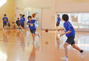大会を前に練習に励む中学校の女子バスケットボール部(本文とは関係ありません)