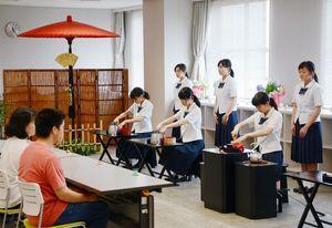 来場者に茶を振る舞う高校生たち=佐賀市のアバンセ