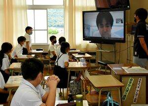 テレビ会議システムを使い、初めてリモートで行った租税教室=鳥栖市の麓小