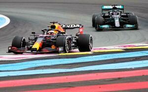 F1フランスGPで走行するマックス・フェルスタッペン(左)=ルカステレ(AP=共同)