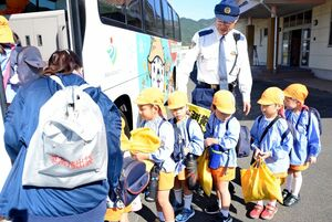 避難訓練でバスに乗り込む園児ら=神埼市の仁比山保育園