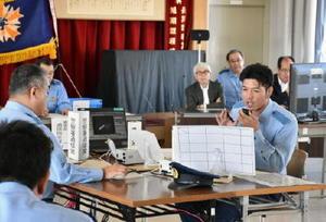 審査員が見守る中、通信指令の技術を競う警察官ら=佐賀市の県警察学校
