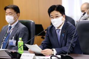 新型コロナウイルス感染症対策専門家会議であいさつする加藤厚労相(右)=1日午後、東京・霞が関
